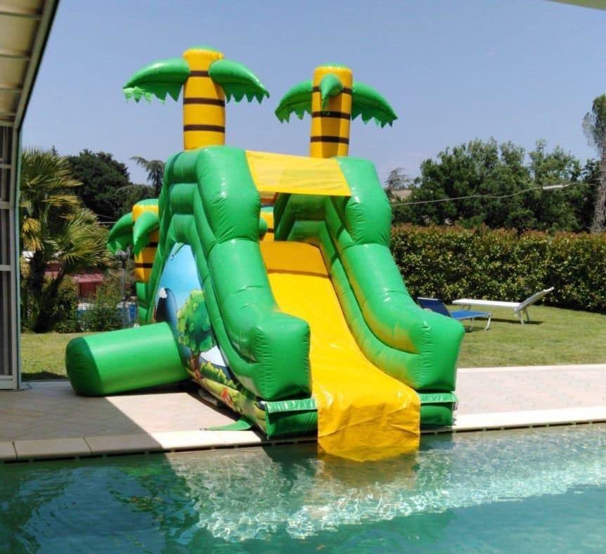 installazione del gonfiabile acquatico scivolo giungla a bordo piscina