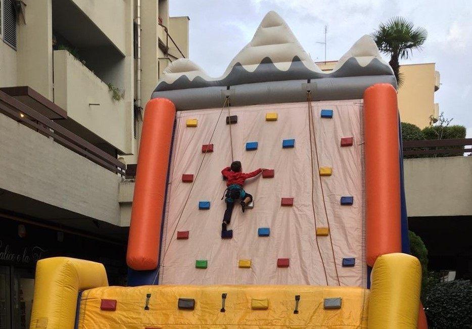 noleggio del gonfiabile arrampicata