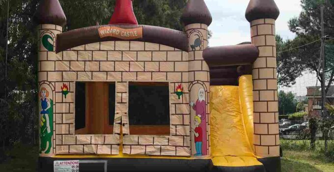 noleggio del gonfiabile combinato castello medievale