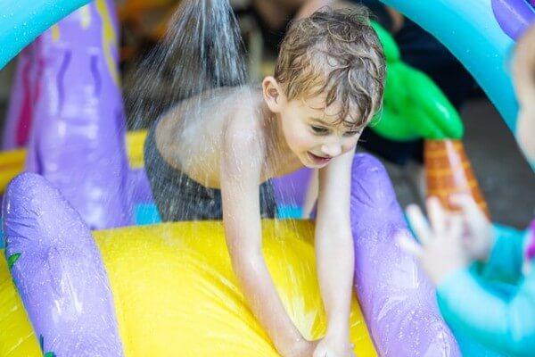 Gonfiabili acquatici per bambini e adulti